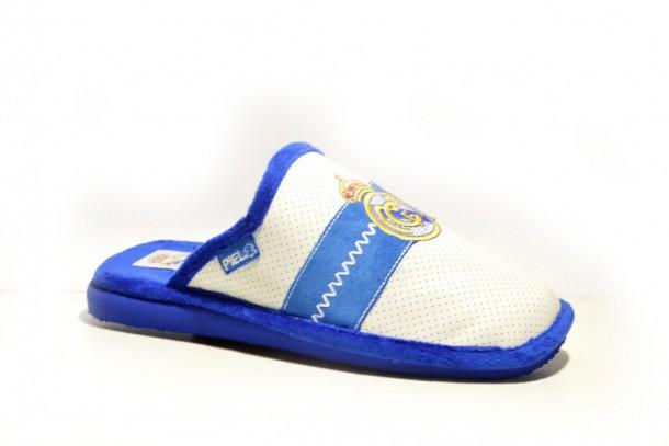 6d0fdcf94b3fb Zapatillas para casa del Real Madrid fabricadas en piel de color ...